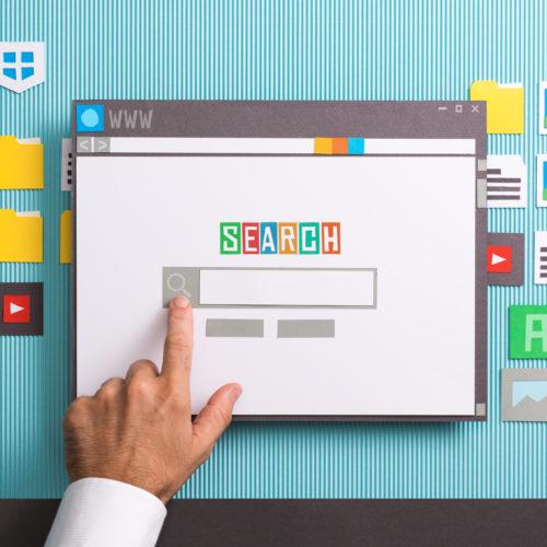 pantalla con término búsqueda y mano señalando